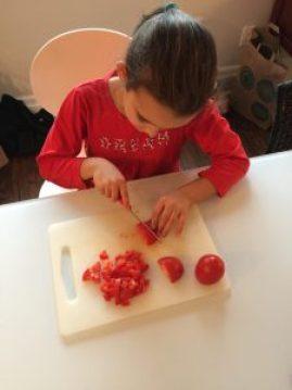 louison coupe les tomates en petits dés