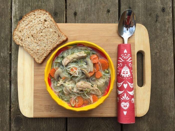 Soupe réconfortante aux nouilles chinoises, poulet et légumes