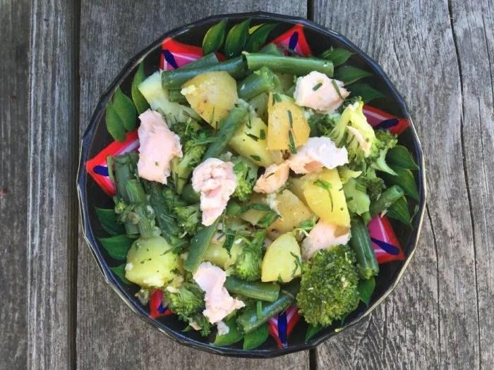 Pommes de terre au saumon, haricots, brocolis et ciboulette