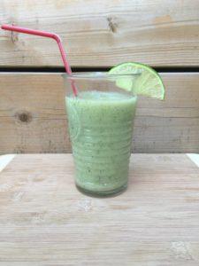 pomme, kiwi, lime et raison pour un cocktail santé tout vert