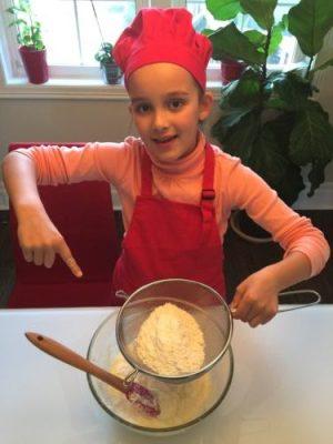 Tamiser la farine avec un passoire pour la recette super boîte à lunch