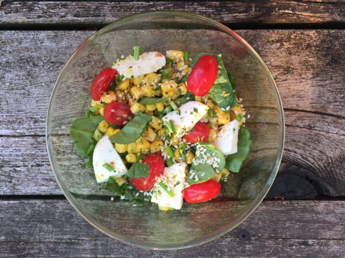Salade d'épinards, tomates, maïs et mozzarella pour Super BoÎte à Lunch
