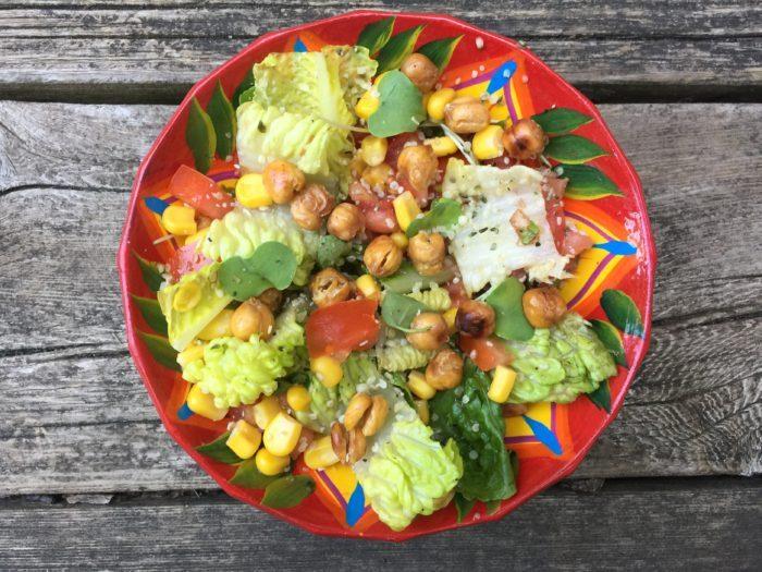 Salade romaine aux maïs et pois chiches croquants & sa tartine