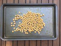 Mettre les pois chiches sur une place de cuisson pour Super Boîte à Lunch