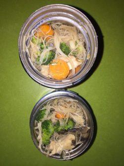 Boîtes à Lunch nouilles de riz, légumes et poulet