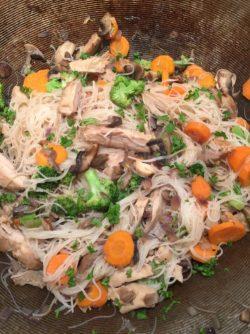 Nouilles de riz aux légumes et poulet de Super Boîte à Lunch