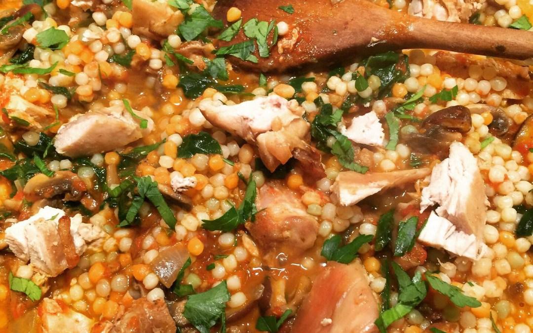 Perles de couscous tricolores à la sauce tomate maison, épinards et shiitake