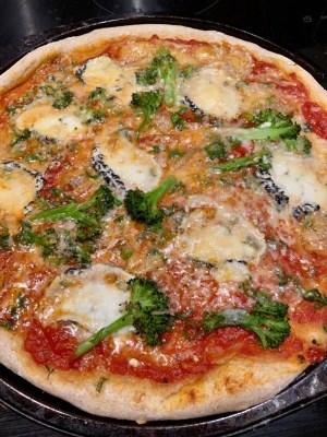 Pizza maison au fromage de chèvre et brocolis de Super Boîte à Lunch