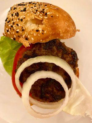 Le hamburger maison de Super Boîte à Lunch