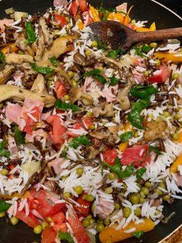 Un mélange de riz et de légumes variés