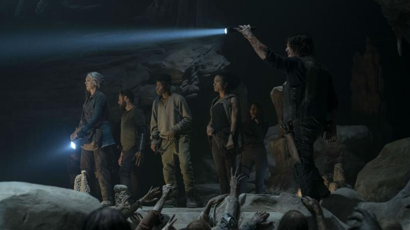 Daryl, Connie, Jerry, Aaron, Magna y Carol dentro de la mina