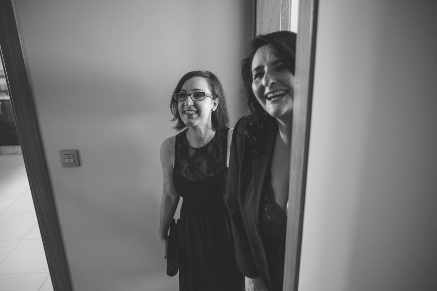 Amigas riendose viendo bajar al novio por la escalera, Supercastizo foto y video, Los Villares, Jaen