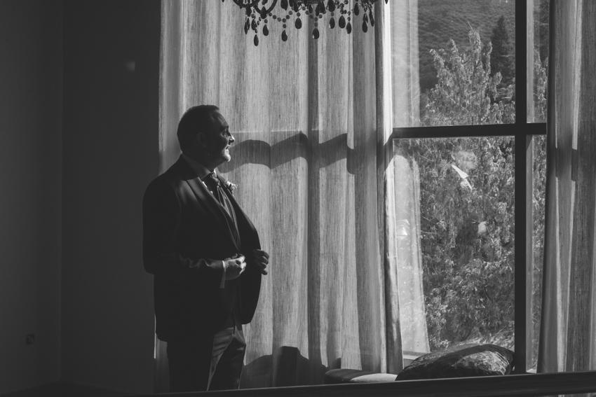 Novio delante de una ventana arreglandose la chaqueta, Supercastizo foto y video, Los Villares, Jaen