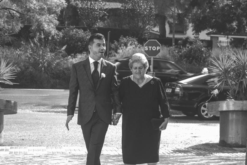 Novio llegando a la ceremonia del brazo de su madre, Supercastizo foto y video, Jaén