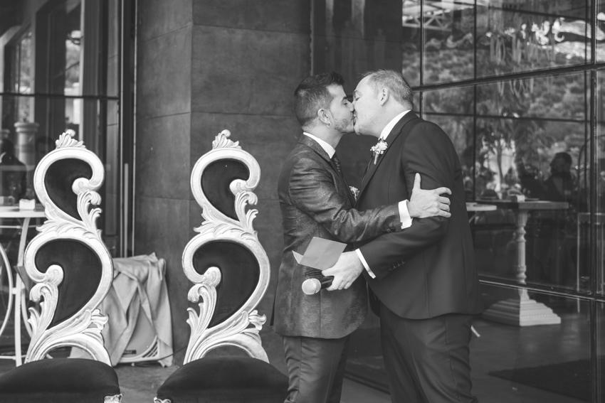 Novios besandose durante la ceremonia, boda lgbt gay, Supercastizo foto y video, los villares, Jaen