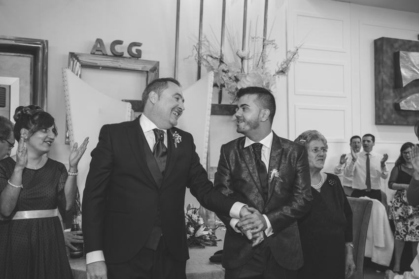 Novios  gays cogiendose de la mano a la entrada del convite, boda lgbt, Supercastizo Foto y video, Jaen