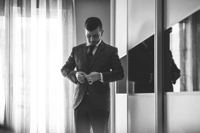 Novio abrochando la chaqueta, boda lgbt, Supercastizo foto y video, Los Villares, Jaen