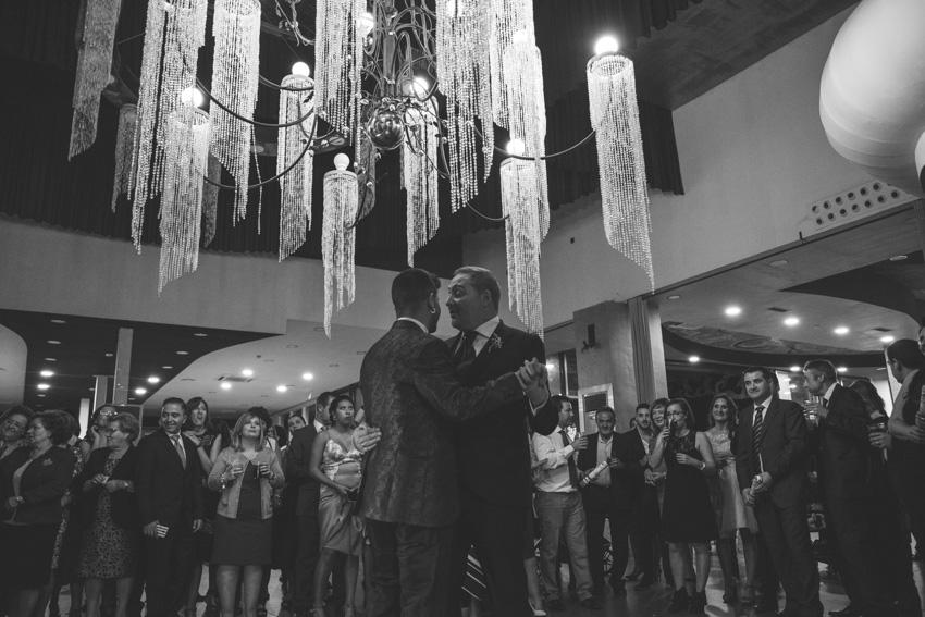 Baile de los novios con la familia y amigod de fondo, boda gay en el Hotel ACG de Jaen, Supercastizo foto y video