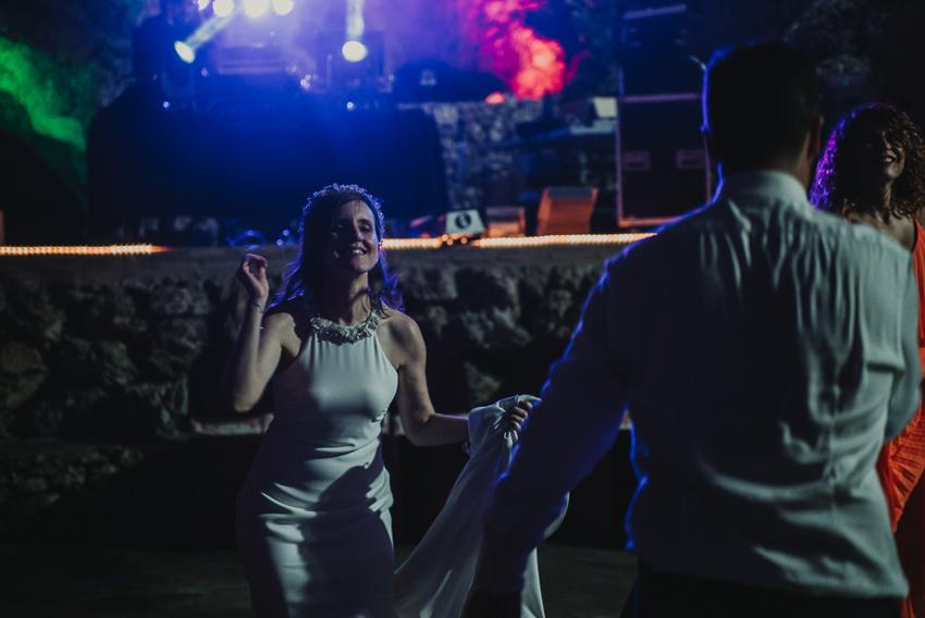 novia bailando con amigos fotografia supercastizo