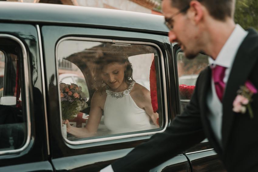 novia dentro del coche