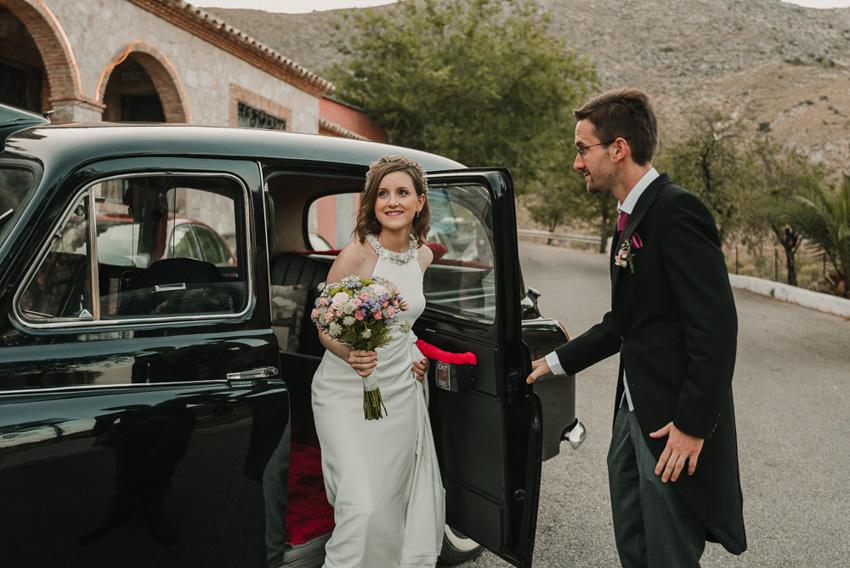 novia saliendo del coche