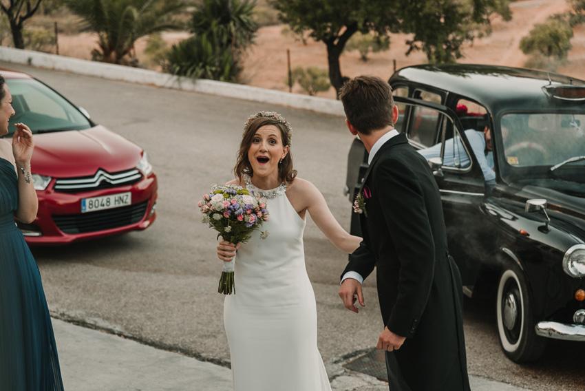 novia sorprendida entrando a ceremonia