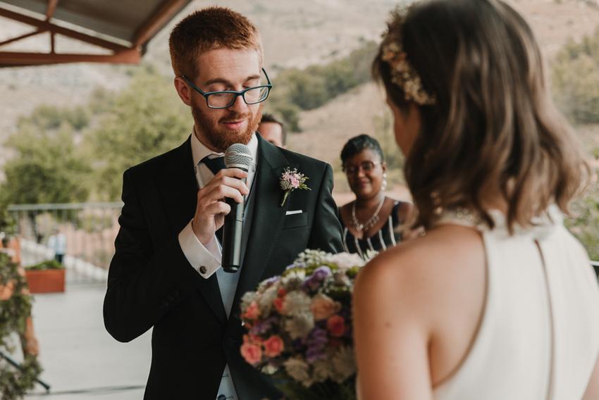 novio leyendo los votos a novia