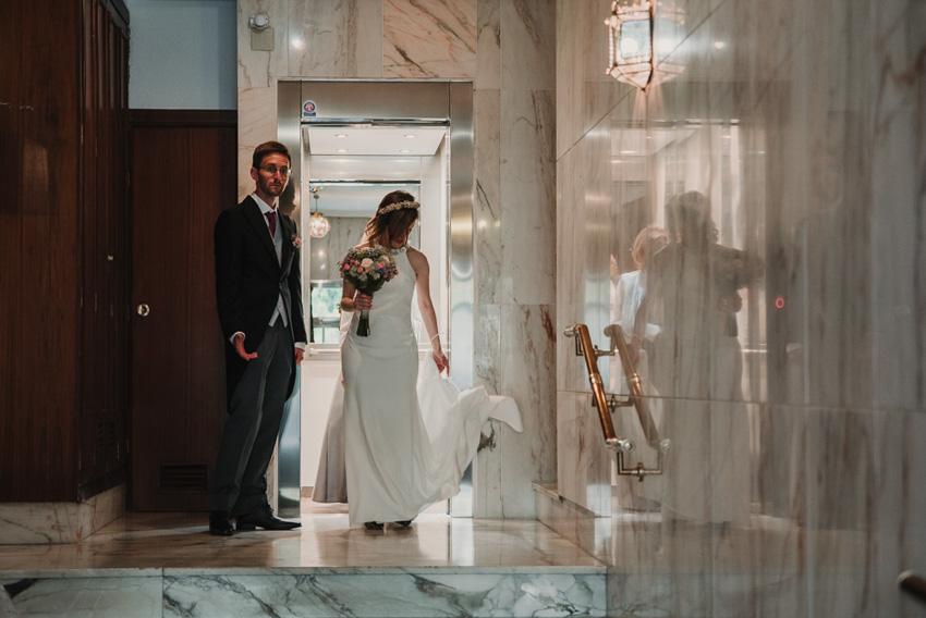 novia saliendo del ascensor