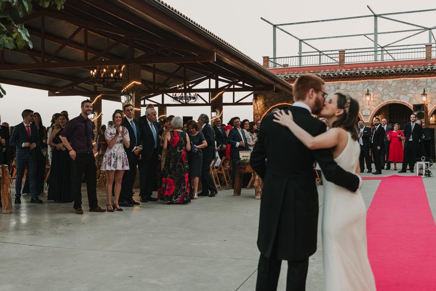 novios besandose delante de los invitados