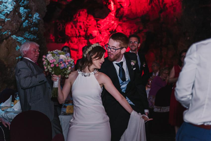 novios entrando al banquete bailando