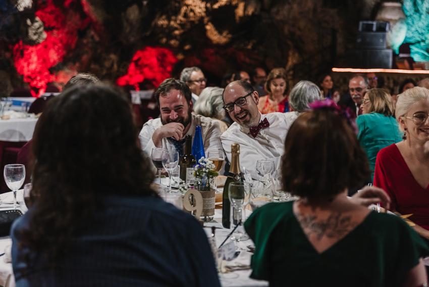 amigos riendo en boda el majuelo
