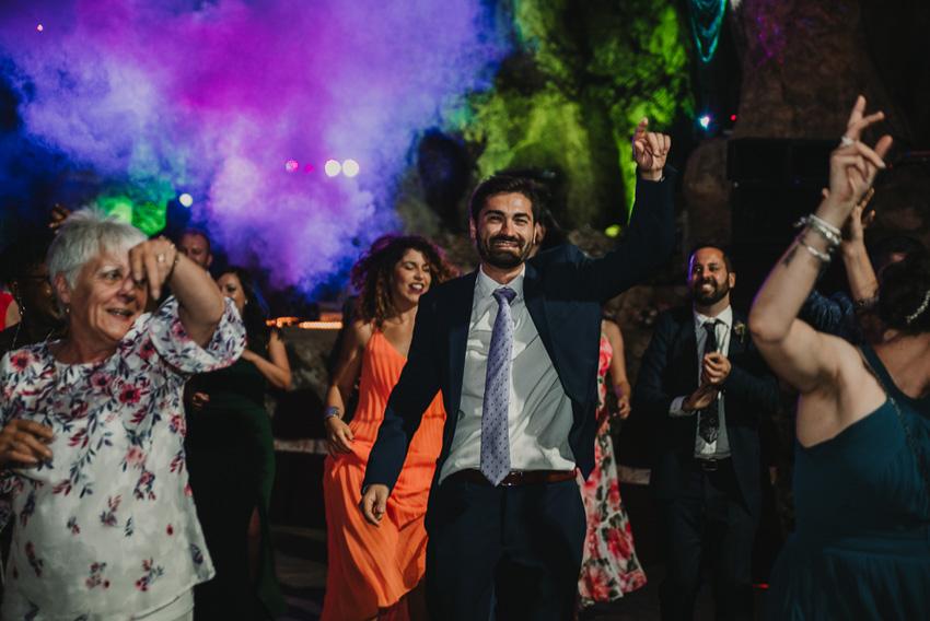 gente bailando en boda en cueva el majuelo