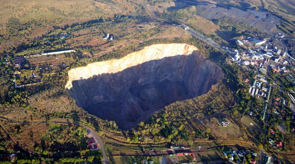 В ЮАР в шахте Premier Mine был найден самый большой алмаз в мире — Куллинан (3106,75 карата). Драгоценный камень, в последствии расколотый на 9 частей, достался королю Великобритании Эдуарду VII в качестве подарка на день рождения от правительства Колонии Трансвааль. (Paul Parsons)