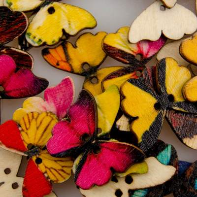 Guzik drewniany Motyl, 2 dziurki, różne wzory MIX