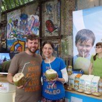 Meine Frau Birgit (paleomama.de) und ich beim trinken von frischem Kokoswasser von Dr. Goerg