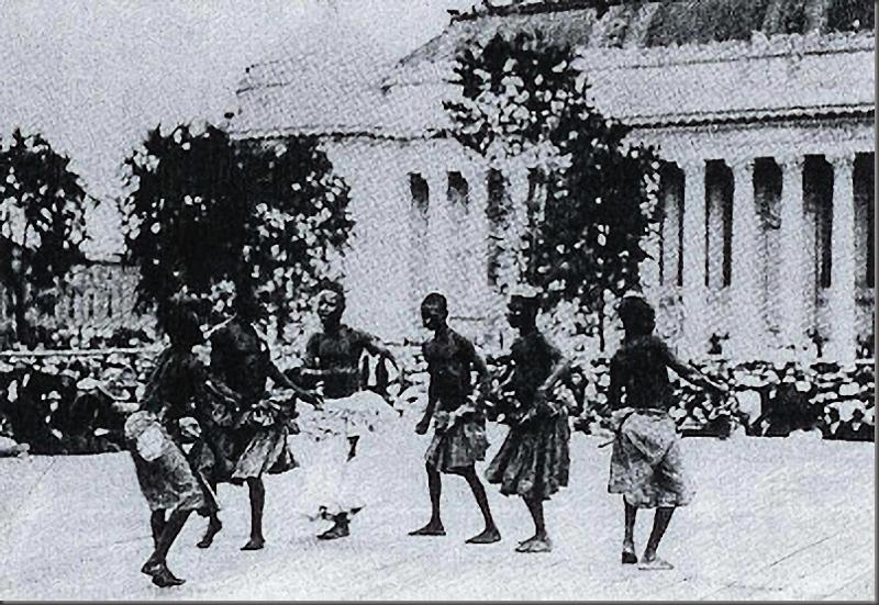 Pigmeler çeşitli danslarla halkı eğlendirmeye zorlanıyordu.