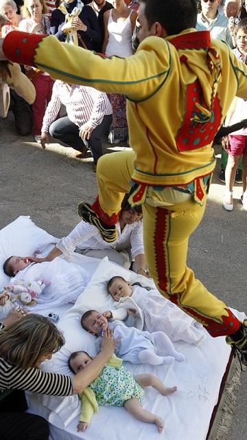İspanya'da yeni doğmuş bebeklerin üzerinden şeytan elbisesi giyen bir adam atlıyor. Bu katolik dini inanışına göre bebekleri hem doğumla gelen günahtan arındırdığına inanılıyor hem de koruduğu düşünülüyor.