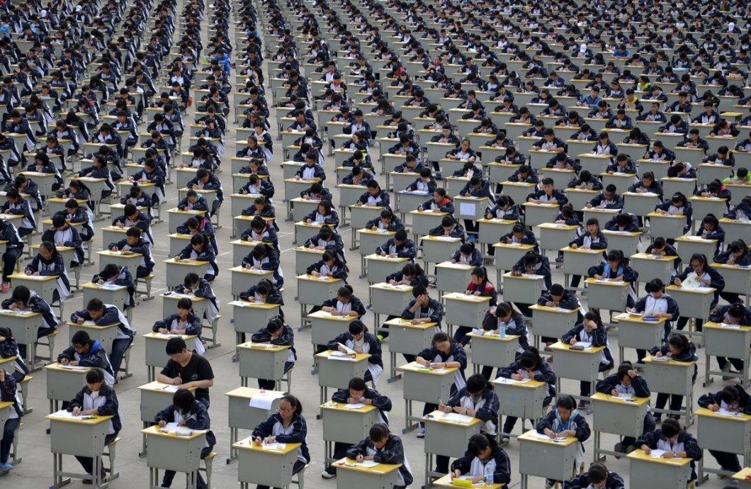 Shaanxi bölgesindeki Yichuan'da açık havada sınava giren 1700 öğrenci