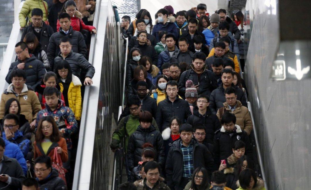 Pekin'de metroya giden insanlar