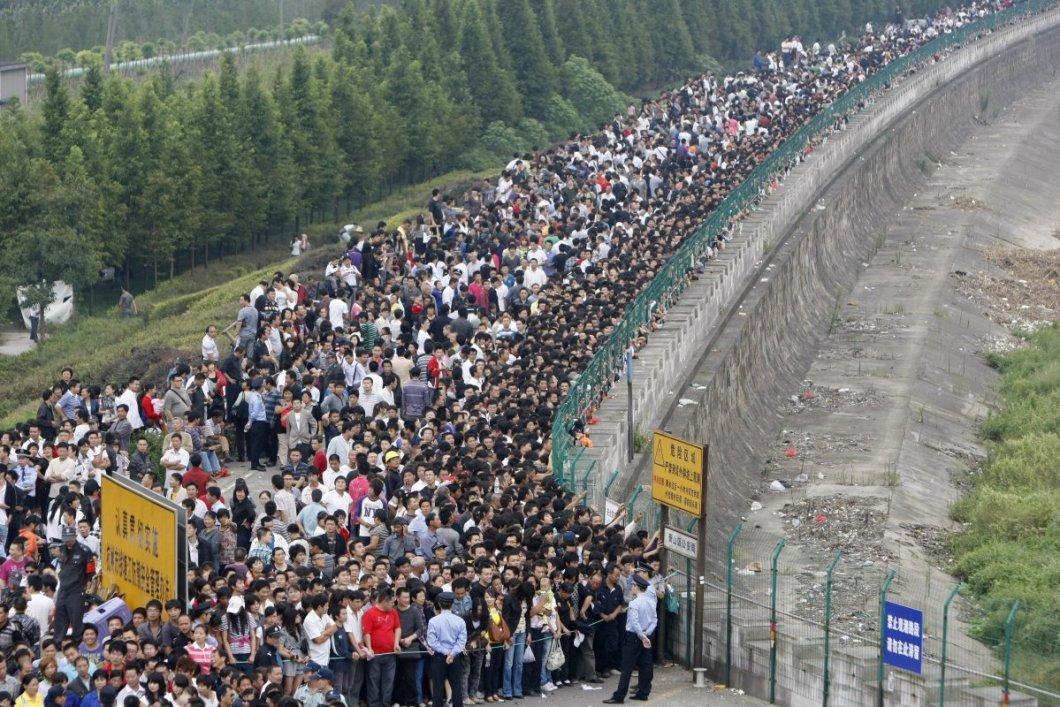 Qiantang nehrindeki gelgiti izlemek için burada bekleyen ziyaretçiler