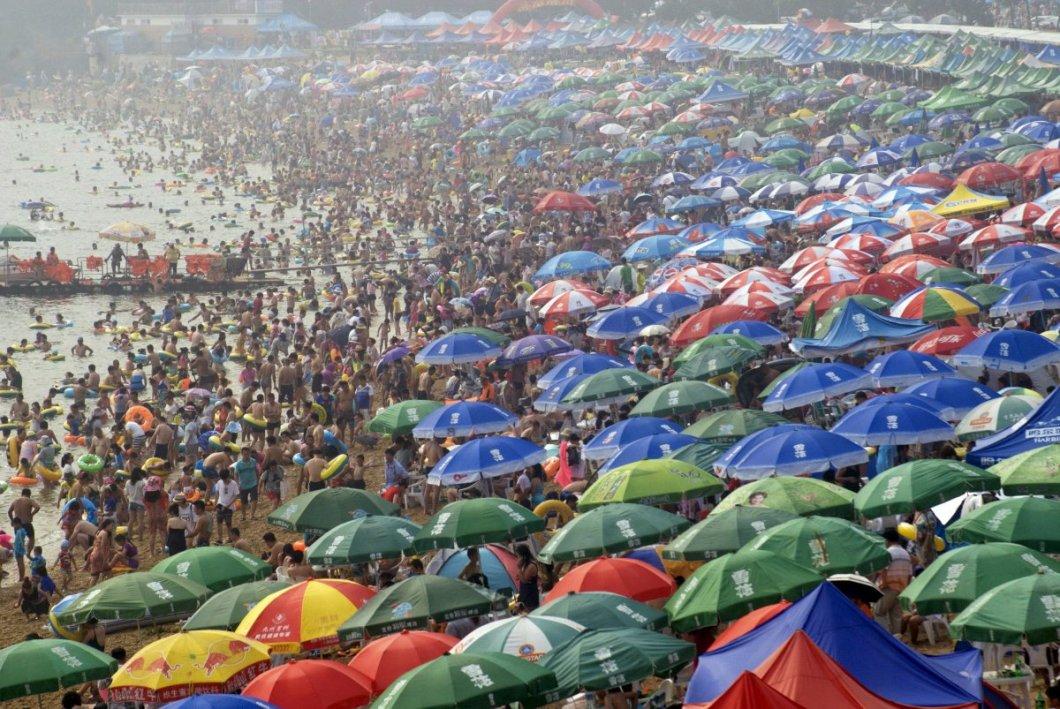 Yaz sıcağında ferahlamaya çalışan Çinliler