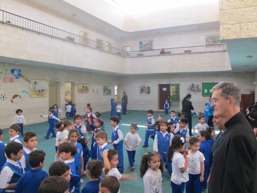 Padre Walker, Superior General del IVE, visita una de las escuelas que atienden los misioneros del IVE en Gaza