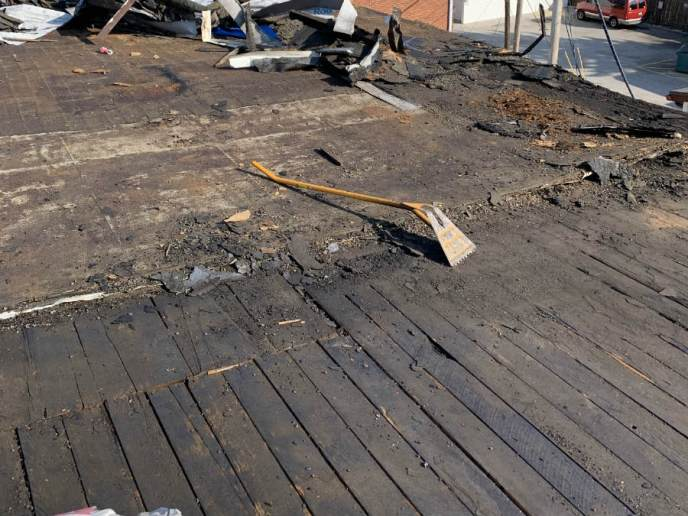 Tearing off the existing rubber roof: 4 layers of EPDM rubber removed before installation