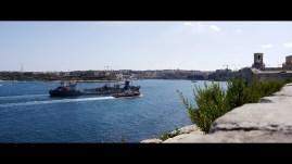 Frachtschiff fährt zum Kai in Valetta