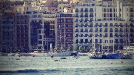 Schiffe vor Häuserfassade in der Nähe von Valetta