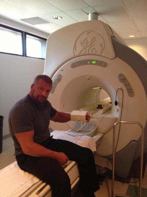 Triple H haciéndose una resonancia magnética antes de RAW| @wwe