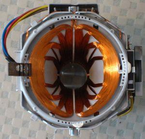Ein technisches Gebilde aus Spule und offenem Eisenkern, sowie einigen Kabeln ist zu sehen - ein Elektromagnet.