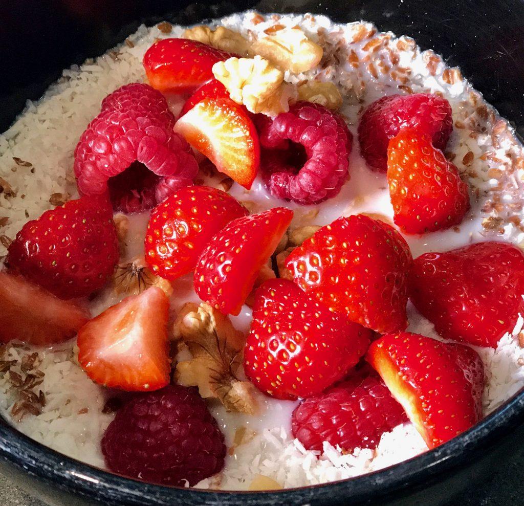 Müsli mit Erdbeeren und Nüssen