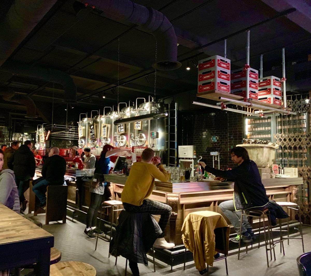 Astra Brauerei: Theke mit Stahltanks 2
