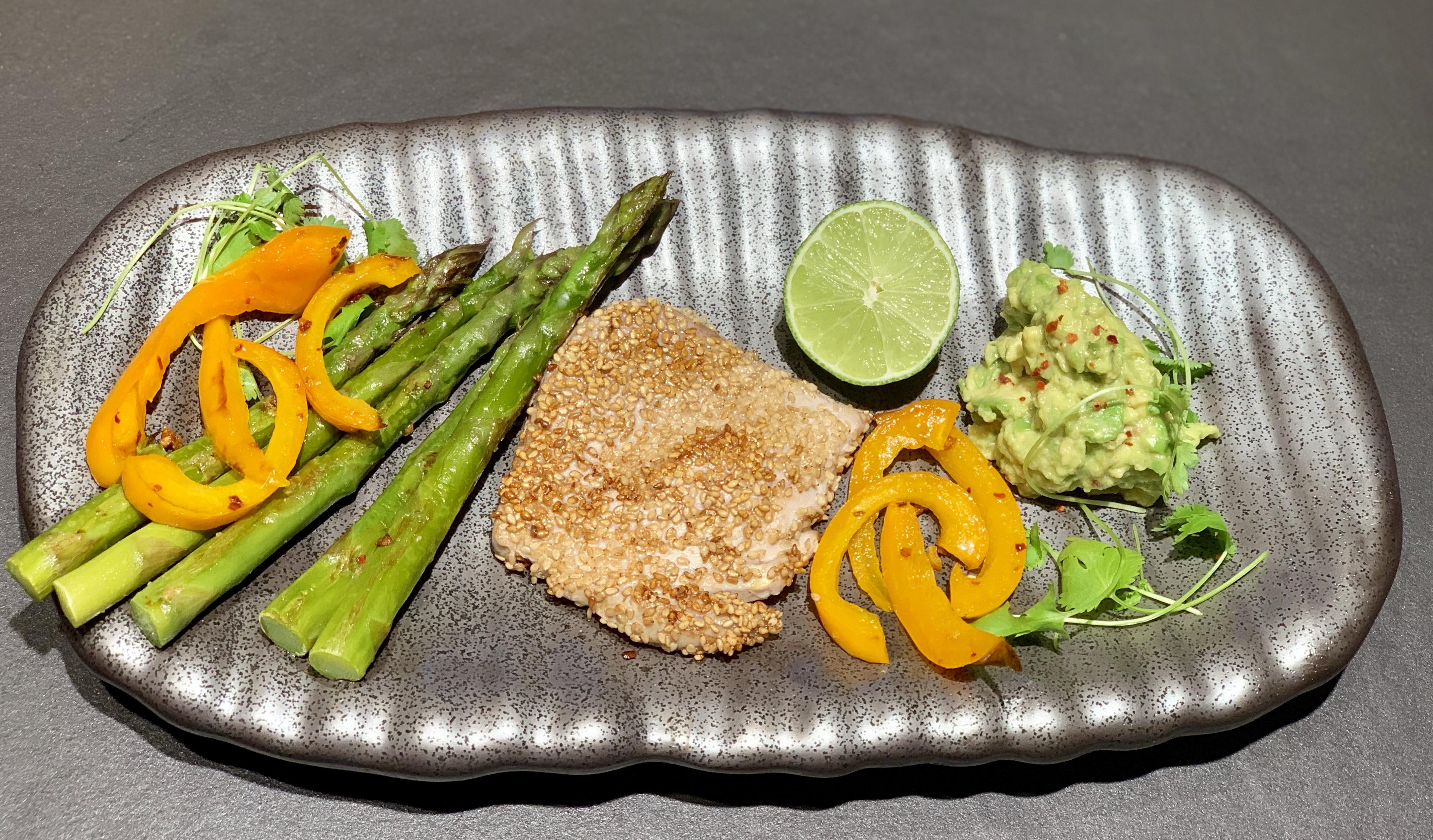 Thunfisch mit Sesamkruste, Gemüse und Guacamole*
